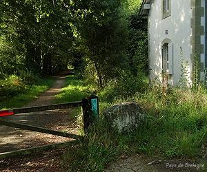Maison de garde-barrière au bord de la voie