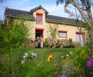 La Villa Ker Fenwan vue de son jardin fleuri